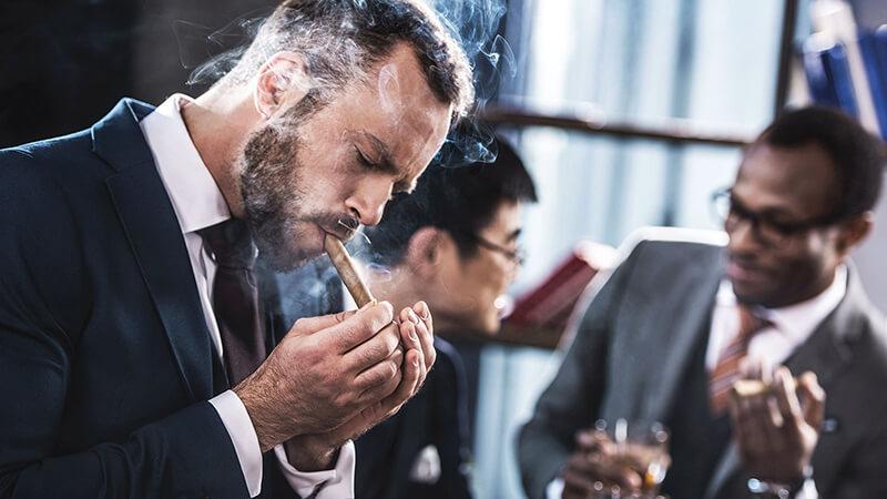 Hút xì gà chính là một thú vui của giới thượng lưu
