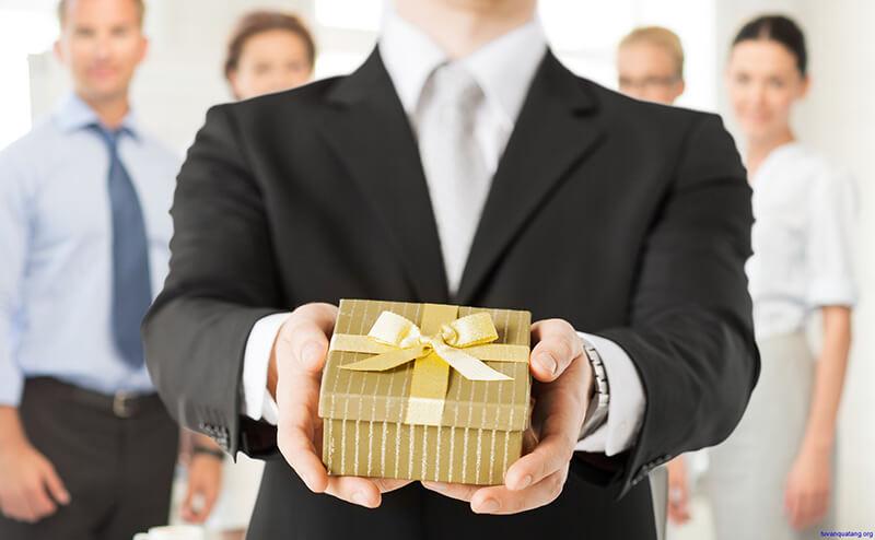 Quà tặng chia tay thường mang ý nghĩa chúc sếp nhiều may mắn, thành công